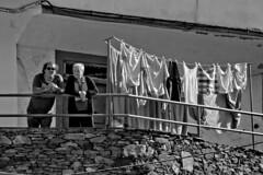 Tourist observatory (R.D. Gallardo) Tags: canon eos 600d cudillero retrato raw robado street bw blanco black bn negro white balcon ropa tendedero observadores turistas