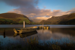Sunset over Llyn Nantlle - Snowdonia National Park (alejandro.romangonzalez) Tags: snowdonia nationalpark boats sunset landscape lake clouds goldenhour reflection outdoors visitwales findyourepic nantlle
