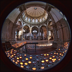Inside Santa Maria della Salute (guenterleitenbauer) Tags: pictures santa italien italy church canon austria canal photo sterreich key wasser flickr candles candle foto image photos maria dom salute picture kirche kerze images fotos april architektur inside kanal bild della landschaft venedig kerzen bilder canale gnter veneto wels 2016 guenter leitenbauer wwwleitenbauernet landscapevenezia