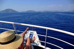 El mar a sus pies (alfonsocarlospalencia) Tags: blanco azul mar rojo paz grecia pies sombrero islas belleza montaas paraso piernas proa fetichismo jnicas taka