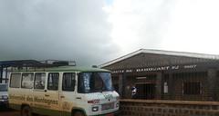 Gemeindezentru und Bus der Universite des montagnes Babouantou
