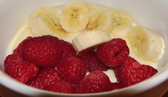 Frhstck - Himbeeren und Banane auf Joghurt (Der Kremser) Tags: food macro breakfast essen banana casio banane makro raspberries exilim joghurt frhstck himbeeren