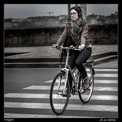A su bola (meggiecaminos) Tags: france francia aquitania aquitanie burdeos bordeaux bicicleta bicicletta bicycle bike biker retrato portrait ritratto donna giovane mujer joven woman pasodecebra pedestriancrosssing urbanlandscape fotografaurbana streetphotography street strada calle