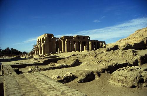 "Ägypten 1999 (420) Theben-West: Ramesseum • <a style=""font-size:0.8em;"" href=""http://www.flickr.com/photos/69570948@N04/29009338914/"" target=""_blank"">View on Flickr</a>"