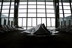 Gestrandet in Doha (ich_onja_anja) Tags: airport flughafen doha liegen klimaanlage quatar quatarairline wirwartenundwartenundwartenundwartenesistkalt klimaanlageleckmichamarsch mirfälltnixmehreinkannmichnichtmalmehrmitdemförderbandbeschäftigen schlafeninjackeschalmützedeckefürdiebeinedienasenspitzemusstefrieren sittlichesbenehmenmancheintourikamfastnochinbikiniangeflogenhartenippeldankklimaanlagezumglückwarenwirgutvorbereitet gehenieohnedeinewinterjackewollstrümpfeundschlafsackindentransitbereicheinesflughafens ichlegmichnochmalaufsförderbahnhuiiiiii ohmandadrausenistdiesonnewarumgibteshierkeineterrasse ohohalleineunterganzvielenscheichsimraucherzimmerchen wirkennenjedeeckedestransitbereiches womensquietroom ichfahrjetztdannnochmaleinbisschenmitdemförderbandhuiiiiiiiiiiiii besuchimburkaladenwarwirklichinteressant dasschlechtbelüfteteraucherzimmerchendurftegleichberechtigtgenutztwerden puhgemütlicheliegensovergehtderzwischenstoppwieimflugbrrrrrrdochnichtklimaanlageextremgleichschneites