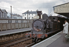 0-4-4T WHITWELL at Ryde St John's Road (TrainsandTravel) Tags: england adams 26 02 isleofwight angleterre steamtrains whitwell dampfzug standardgauge rydestjohnsroad normalspur 044t voienormale trainsavapeur britishrailwayssouthernregion