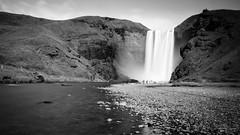 Skgafoss - Iceland 2016 [13] (Iorraine roux) Tags: islande iceland skg skgafoss chute eau water waterfall noiretblanc noirblanc blackandwhite pose longue longueexposure nisi canon sigma nd1000