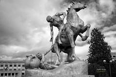 (310/16) Los portadores de la antorcha II (Pablo Arias) Tags: pabloarias photoshop nxd cielo nubes texturas arquitectura ciudaduniversitaria escultura estatua bn blancoynegro madrid comunidaddemadrid monocromtico