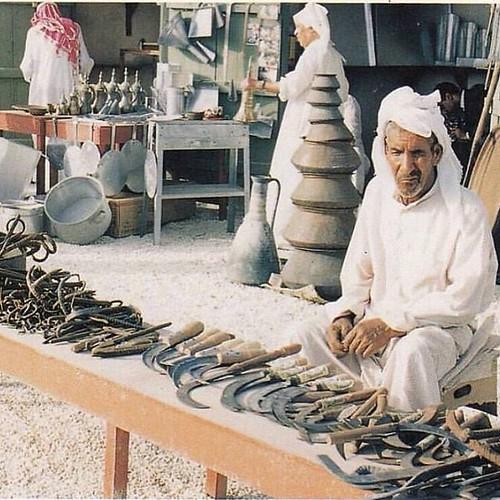 صبحكم الله بالخير سوق الحدادة والتناكين في البرهامة غرب النعيم وتحديدا قرب مركز اطفاء الحريق الصورة التقطت في عام 1986م.