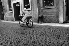 Sperare (Markus' Sperling) Tags: street old urban woman bike calle strada via ciclismo bici urbano rue velo fahrrad carrer bicicletta ciclism