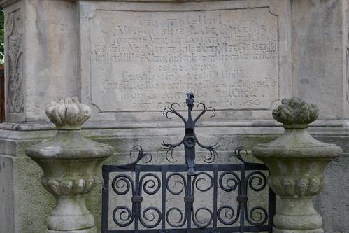 Chronostych (1745) na pomniku Trójcy Świętej (1739-42, Klahr Starszy) w Lądku Zdroju