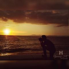 Si vas a caer, hazlo como el #sol, Cae cada Tarde, pero se levanta cada maana.  #YovannyHC #photographer  #sunset #ocean #cloudy #photography #atardecer #vallarta  #puertovallarta (Yovannyspy) Tags: instagramapp square squareformat iphoneography uploaded:by=instagram rise