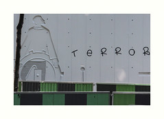 Terror (hlne chantemerle) Tags: btiments divers extrieur faades graffiti murs paris paysages photographie photosderue rue travaux urbain street wall grey green