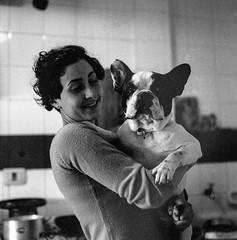 bigBioy&Romelia (lamachineaveugle) Tags: portrait woman dog girl retrato 1600 hasselblad frenchbulldog 3200 fille ilforddelta3200 hasselblad500cm pushedfilm lamachineaveugle