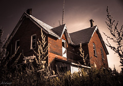 House of pain (Mystikopoulos) Tags: urbex outrood house creepy seekers allhopeisgone urbexcanada grime decay broken abandoned abandonedhouse scraryplace scray canada exterior grass