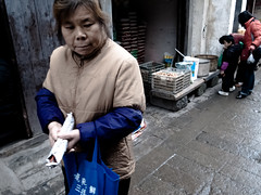 shopping (-{ ThusOriginal }-) Tags: 2009 child china color digital grd3 grdiii people ricoh street suzhou thusihaveseen winter woman