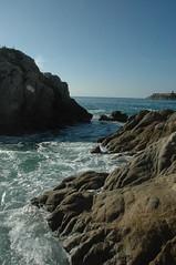 Escollo en Pacfico (Juan Rigalt) Tags: blue sea water mxico mar agua rocks shore foam oaxaca tropic reef rocas espuma huatulco amricalatina latinoamrica oceanopacfico escollo naturalbarrier saladwater