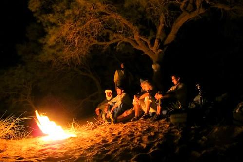 Wohlverdientes Zusammensitzen am Feuer