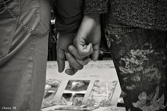 Amar no es mirarse el uno al otro; es mirar juntos en la misma direccin (photoschete.blogspot.com) Tags: madrid blackandwhite espaa love blancoynegro sepia canon eos 50mm monocromo spain hands couple pareja amor manos retiro virado 1000d