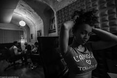 Carol & Jota Mayuscula (24 de 35) (ISRAEL (BURMI)) Tags: blanco y negro estudio hiphop jota grabacion monocromtico mayuscula jotamayuscula israeldeleonardonovoa carolmenezes masgravesestudio