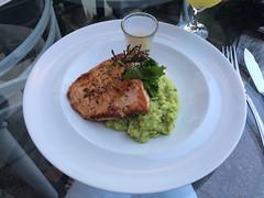 """Valparaiso: un saumon accompagné d'un risotto d'avocat. Un délice ! <a style=""""margin-left:10px; font-size:0.8em;"""" href=""""http://www.flickr.com/photos/127723101@N04/30287766875/"""" target=""""_blank"""">@flickr</a>"""