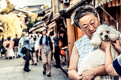 Kyoto - Woman with poodle (manlio_k) Tags: summer dog japan canon kyoto poodle lovelydog 60d manliocastagna swallowdof