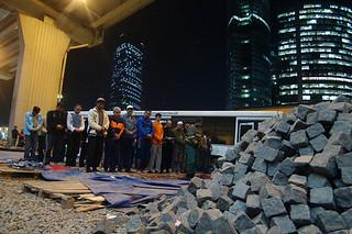 Trabajadores tayikos rezan en una obra en construcción en la Ciudad de Moscú. 2007. Julia Vishnevestskaya. Fuente, Lenta