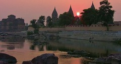 INDIEN, Orchha, Chattris am Ufer des Betwa-River, am Abend, 14008/6847 (roba66) Tags: city travel india building history tourism monument arquitetura reisen asia asien platz urlaub capital tomb places visit historic explore mausoleum stadt architektur historical indien inde historie voyages geschichte grabmal orchha northernindia kulturdenkmal chhatri tikamgarh betwariver pradesh roba66 madhya indiennord kenothaps indienchattrisinorchhaamabend