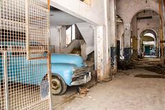 cuba 2015-119 (MarcAdabra) Tags: marcadabra ville cubaextérieur architecture bâtiment complexeimmobilier abstrait géométrique diagonale voiture autoancienne