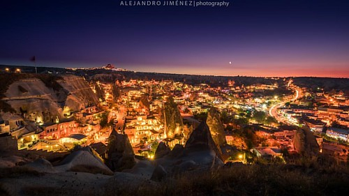 Así anocheció por acá en Göreme en la región de Capadocia.... Con luna incluida..:.  #capadocia #Göreme #goreme #nevsehir #capadoccia #kapasokya #sunset #moon