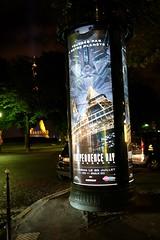 Paris - Street by night (suebr) Tags: handheld mirrorless xf23mm xe2s fujifilm torreeiffel affiche filme publicidade cidade rua noite frança ville city trocadero trocadéro toureiffel nuit publicité rue movie independenceday eiffeltower night street france paris