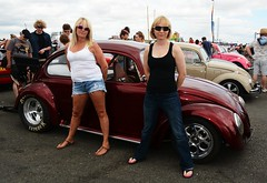 Di & Kate_8175 (Fast an' Bulbous) Tags: girl girls woman women blonde hot sexy vw volkswagen bugjam showshine show santa pod nikon d7100 gimp people outdoor