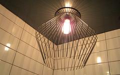 J'ai comme l'impression d'avoir une araigne dans le plafond (Robert Saucier) Tags: montral montreal qubec plafond ceiling lumire lampe lamp ampoule brun brown mur wall grille marron img0666