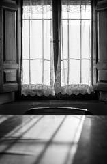 Entrada de luz a través de ventana (Koke Hernán) Tags: sunset blackandwhite bw españa house blancoynegro luz home window 35mm atardecer ventana evening casa blackwhite spain day village interior bn f18 18 día tarde palencia 2014 nikond3200 castillayleon d3200 villasabariego villasabariegodeucieza