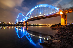新月橋 - New Moon Bridge - TAIWAN (urbaguilera) Tags: park lighting new city blue color reflections design construction nikon rocks stream nightscape angle riverside mud steel tide tripod wide taiwan structure tokina hour taipei 夜景 臺灣 建築 天空 水 橋 河濱公園 danshui 淡水河 設計 大漢溪 riverscape 倒影 燈光 臺北 d5000 1116mm danielaguilera 新北市 urbaguilera 鋼結構 藍色時光