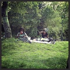 Djeuner sur l'herbe (Giulia_) Tags: paris france nature parc fils djeuner monceau mre piquenique mai16