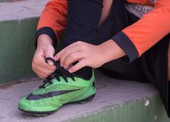 De mayor quiero ser... 5/31. (anajvan) Tags: manos zapatos futbol portero cordones