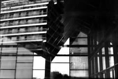 16-036_19 (gyjishukke) Tags: noiretblanc monochrome argentique analog minoltax700 50mm believeinfilm shootfilm ilford delta400 ie800iso selfdevelopment scanlowdef hc110b 10 20 grue 32 cases reflet miroir chantier renzopiano immeuble vitre transparence bw