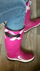 bei Ikea im Hochsommer (yvonne_2.0) Tags: sweaty wellies galoshes gummistiefel gumboots rainboots