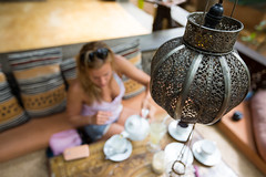 tea time (paul.wienerroither) Tags: travel girl canon photography focus dof tea srilanka lampshade