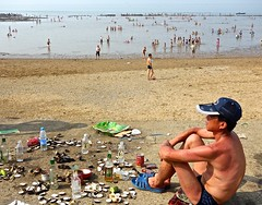 Nampo, North Korea (EleanorGiul ~ http://thevelvetrocket.com/) Tags: beach asia beachlife oysters northkorea dprk coreadelnorte beachtown nordkorea 北朝鲜 eatingoysters 북한 北朝鮮 nampo coréedunord coreadelnord justinames севернаякорея coréiadonorte visitnorthkorea httpthevelvetrocketcom eleonoragiuliani eleonoraames