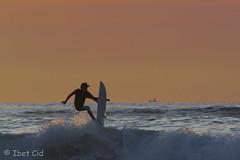 surfing!!!!yeah!!!! (ibetcid) Tags: beach contraluz atardecer nikon europa surf playa surfing colores deporte salto silueta fotografia amateur sansebastian euskalherria basquecountry paisvasco donostia ripcurl carpediem quiksilver zurriola gipuzkoa pukas 55300mm d3100 ibetcid