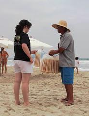 Um por três, dois por cinco (PortalJornalismoESPM.SP) Tags: praia vendedor nublado biju juquehy profissões