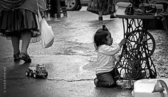 Juguete nuevo (CUSQUENIAN) Tags: de calle cusco niña mercado singer carro coser ramiro niño maquina juguete pulgas carrito usado portilla baratillo qosqo moreyra cusquenian