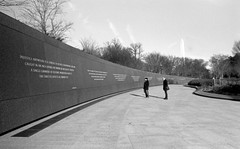 Readers of the MLK Quote Wall (Argenticien) Tags: blackandwhite film washingtondc minolta kodak tmax400 2835 rokkor srt102 martinlutherkingjrmemorial