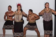 Maori beim traditionellen Tanz aufgenommen in Auckland auf der Nordinsel von Neuseeland - Maori traditional dance when photographed in Auckland on the North Island of New Zealand (klausmoseleit) Tags: sommer kunst jahreszeit folklore tanz musik orte neuseeland museen nordinsel