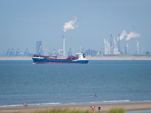 Maasvlakte, vissersschip, strand van Ouddorp