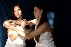 Hermanas (Victoria Marte) Tags: retrato lana madeja ana hermanas tripas luznatural microcuatrotercios