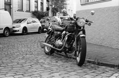 Kawasaki W650 (Alexander  Bulmahn) Tags: motorbike motorcycle kawasaki w 650 motorrad motorcykel canon al 1 fd 50mm f18 ilford delta 400 xelriade