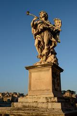 Engelsskulptur auf der Aeliusbrcke vor der Engelsburg (andreas.zachmann) Tags: italien herbst skulptur ponte ita engel morgen gebude lazio colledellavalentina